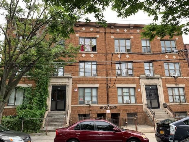 36 BR, 14.00 BTH Multi-residence style home in Woodlawn