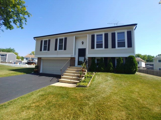 3 BR,  1.50 BTH Bi-level style home in Roselle
