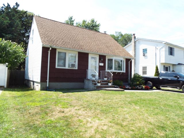 [Lindenhurst Real Estate, listing number 6911633]
