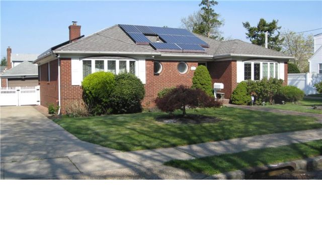 3 BR,  2.50 BTH Ranch style home in Franklin Square