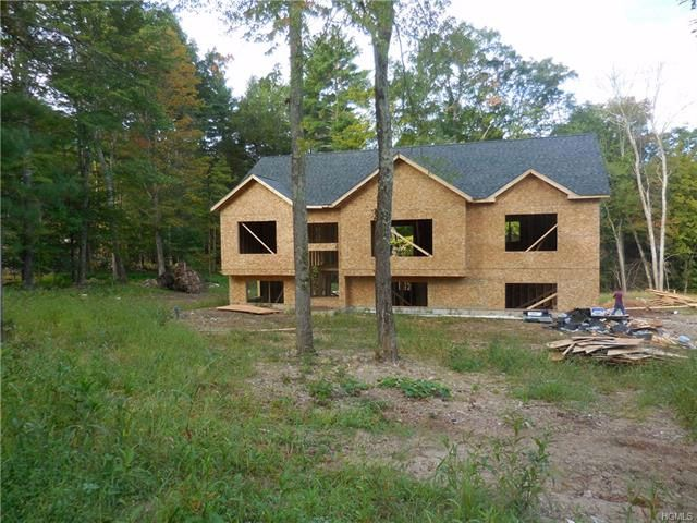 4 BR,  3.00 BTH Raised ranch style home in Pine Bush