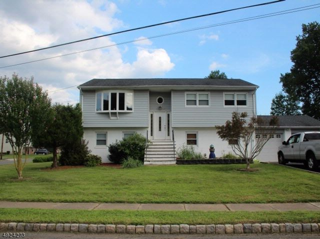 5 BR,  2.50 BTH  Bi-level style home in Fairfield