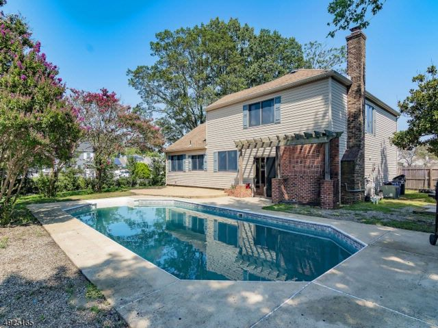 4 BR,  2.50 BTH Split level style home in Toms River