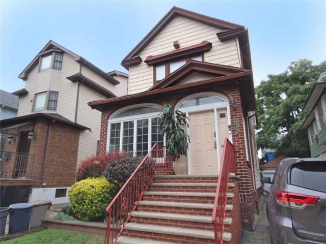 5 BR,  3.00 BTH Multi-family style home in Flatlands