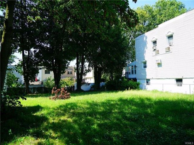 Lot <b>Size:</b> 0.2066  Land style home in Throggs Neck