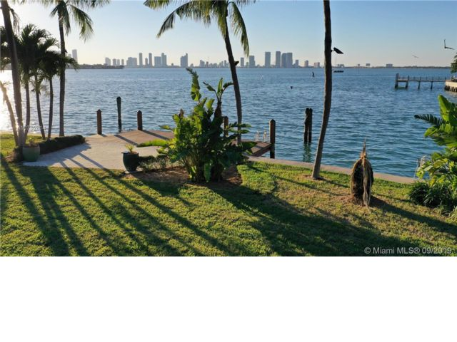 Lot <b>Size:</b> 25671  Land style home in Miami