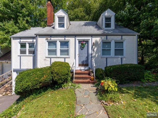 3 BR,  1.50 BTH  Cape code style home in Rutherford