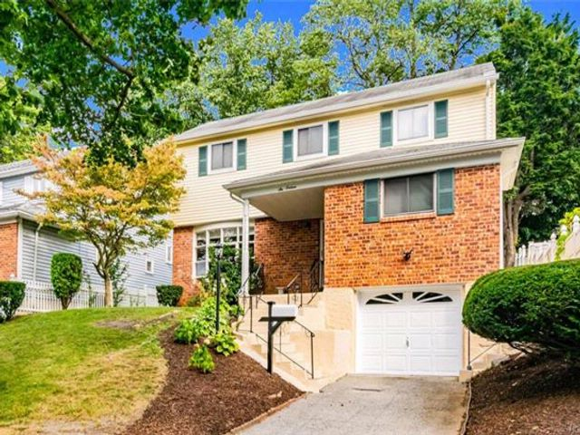 4 BR,  2.00 BTH Split level style home in Yonkers