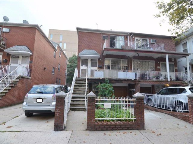 8 BR,  5.00 BTH Multi-family style home in Gravesend