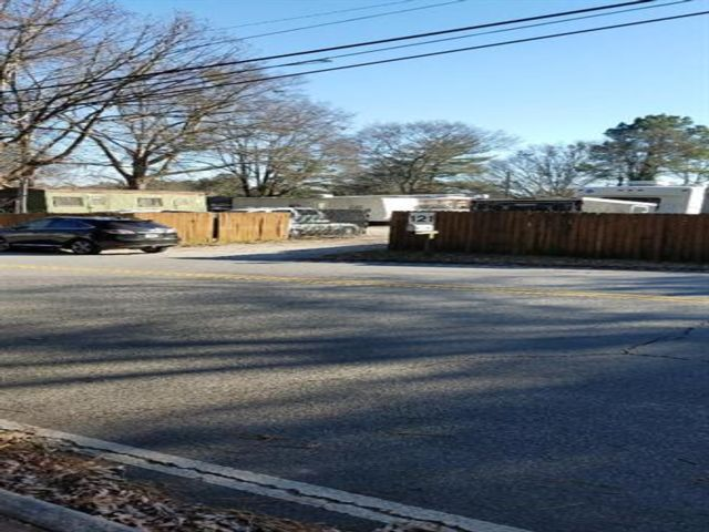 Lot <b>Size:</b> 0.39 Land style home in Roswell