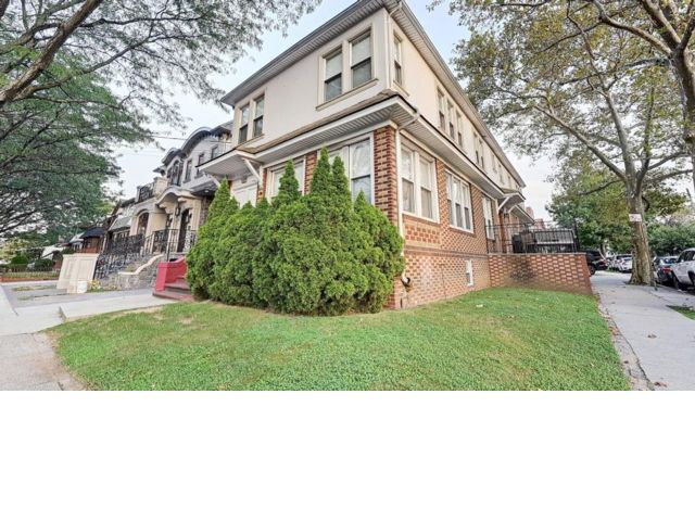 10 BR,  4.55 BTH  Colonial style home in Brooklyn