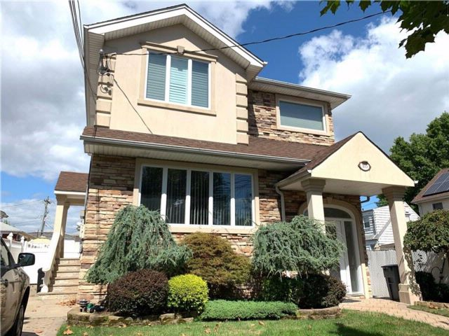 3 BR,  3.00 BTH Multi-family style home in Bulls Head