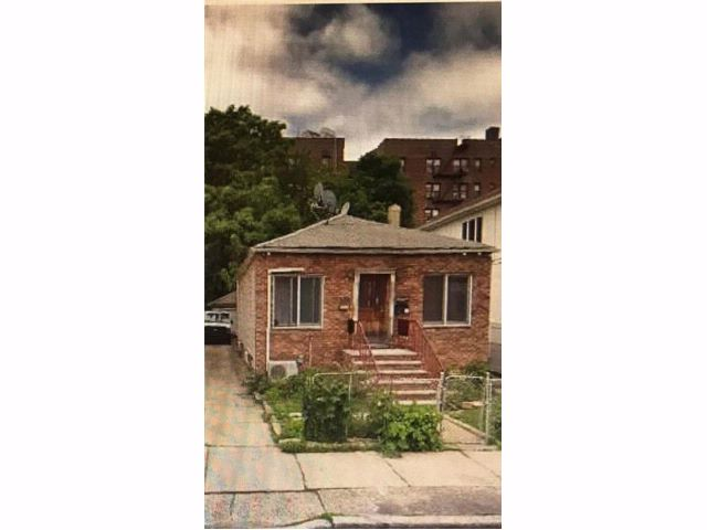 2 BR,  1.00 BTH Single family style home in Gravesend