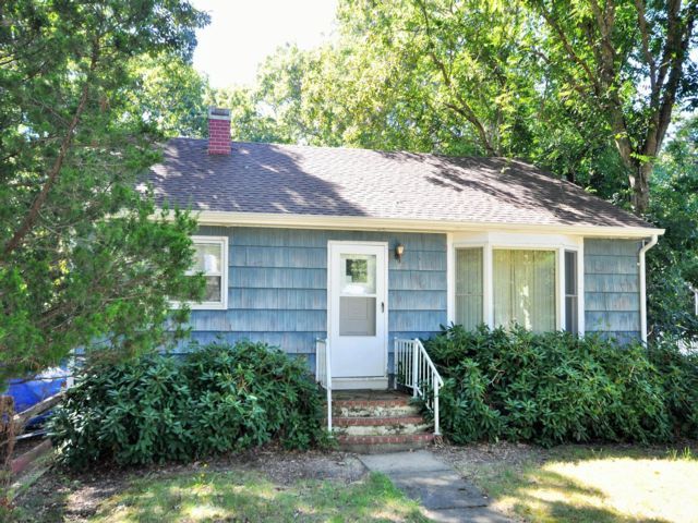 3 BR,  2.00 BTH Bungalow style home in Noyack