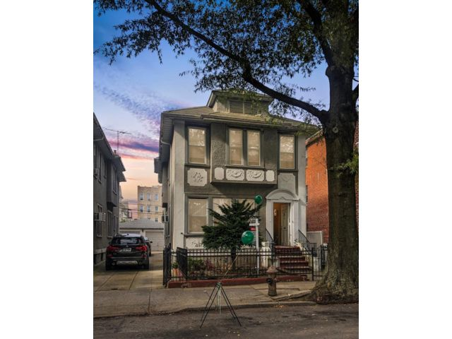 6 BR,  2.00 BTH  Colonial style home in Bensonhurst
