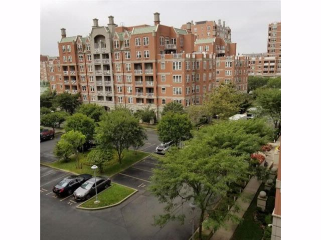 3 BR,  3.00 BTH  Condominium style home in Brighton Beach