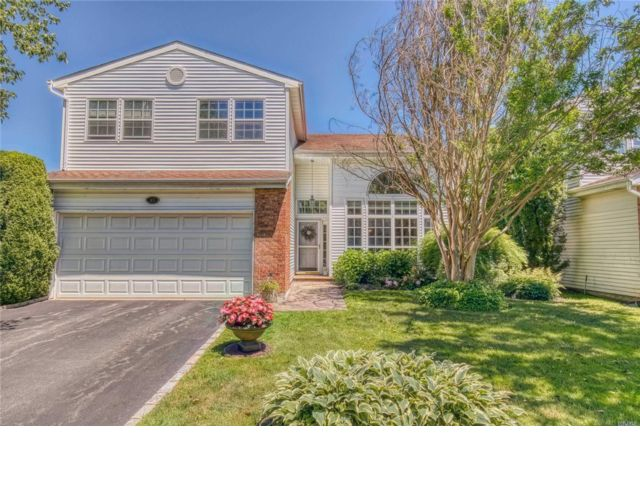 3 BR,  2.50 BTH Colonial style home in Commack