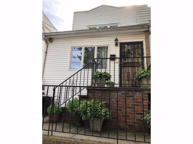 4 BR,  1.00 BTH Single family style home in Gravesend