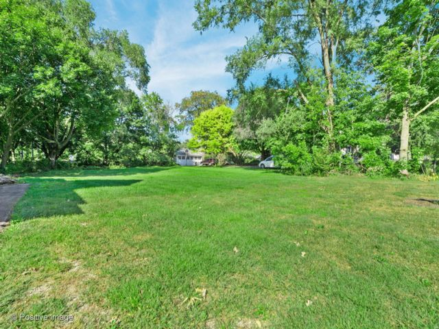 Lot <b>Size:</b> 0.28 Land style home in West Chicago