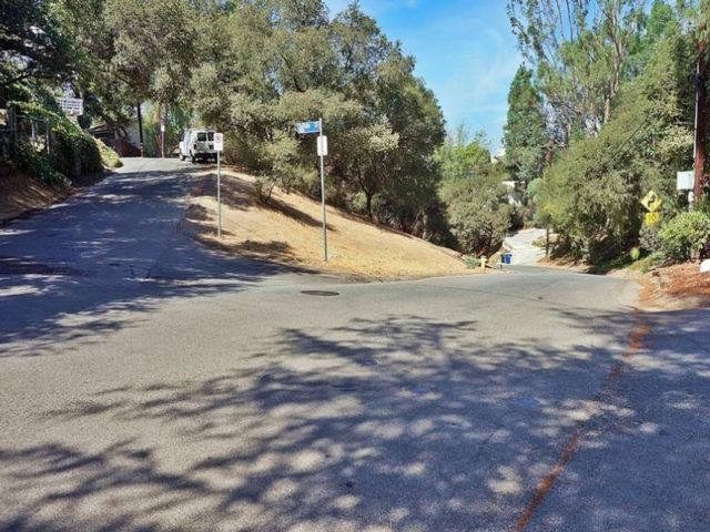 Lot <b>Size:</b> 0.15  Land style home in Woodland Hills