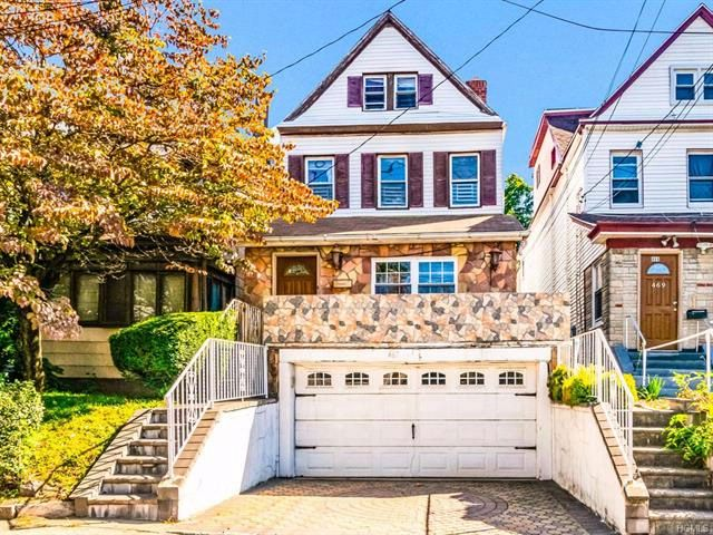 4 BR,  2.00 BTH Colonial style home in Mount Vernon
