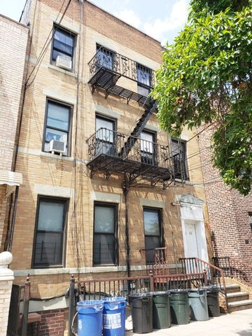 8 BR,  4.00 BTH  Commercial style home in Long Island City