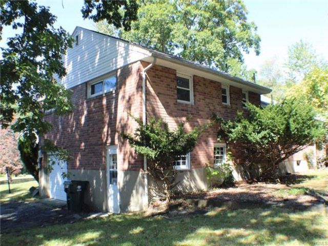3 BR,  2.50 BTH  Split level style home in Newburgh