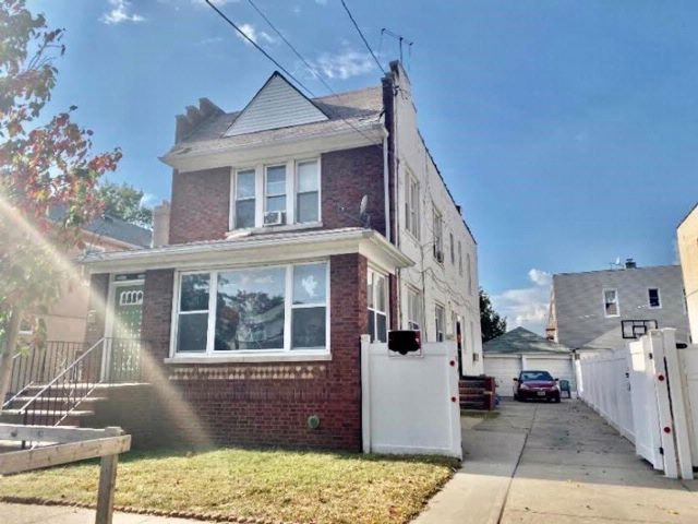 5 BR,  0.00 BTH Multi-family style home in Marine Park