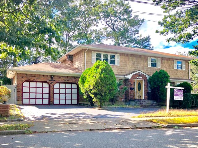 7 BR,  3.55 BTH   style home in Syosset