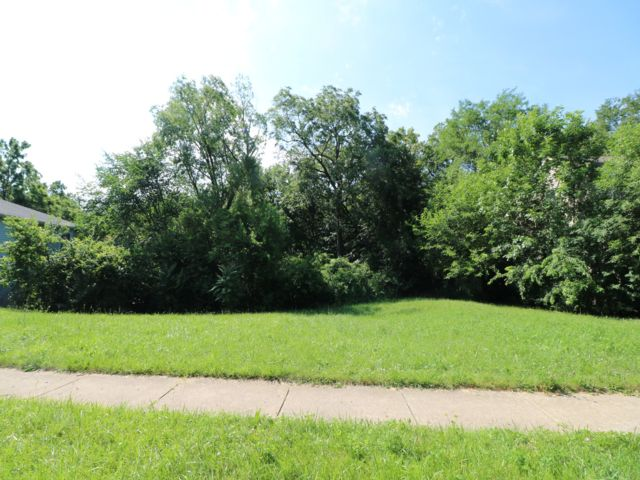 Lot <b>Size:</b> 0.23  Land style home in Bolingbrook