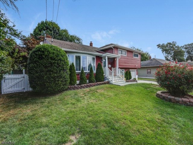 3 BR,  3.50 BTH Split level style home in Clifton