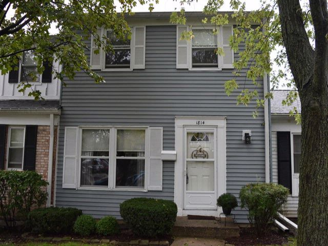 3 BR,  1.50 BTH House style home in Schaumburg