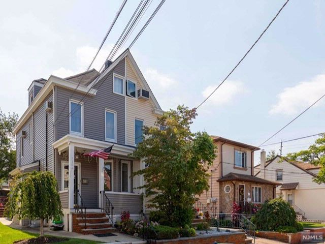2 BR,  2.50 BTH Row style home in Carlstadt