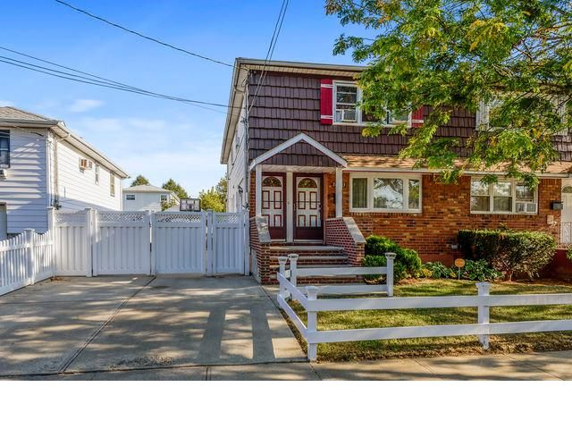6 BR,  2.00 BTH  Colonial style home in Rosedale