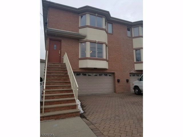 4 BR,  3.50 BTH Townhouse-end u style home in Fairview