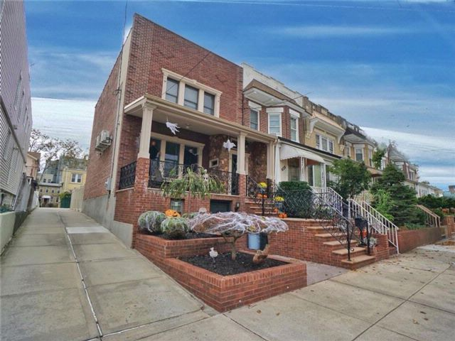 3 BR,  3.00 BTH  Single family style home in Bensonhurst