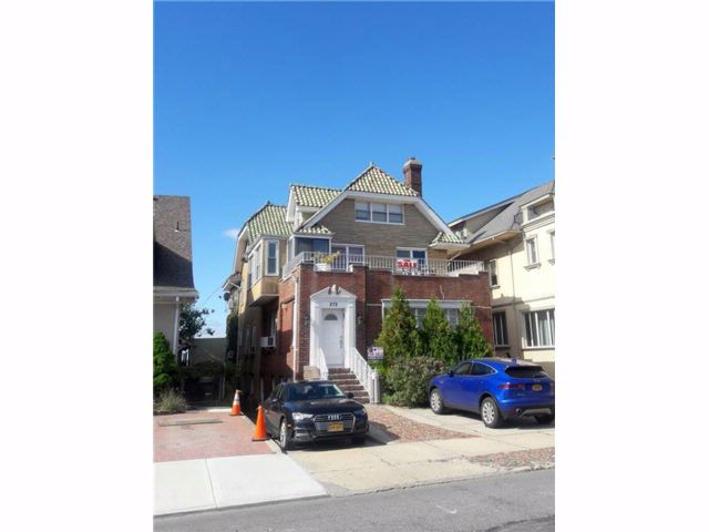 7 BR,  5.00 BTH  Single family style home in Manhattan Beach