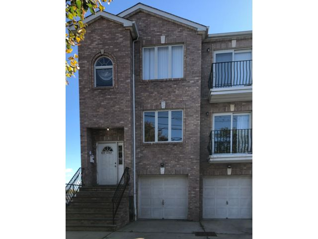 3 BR,  2.00 BTH Apartment style home in Newark