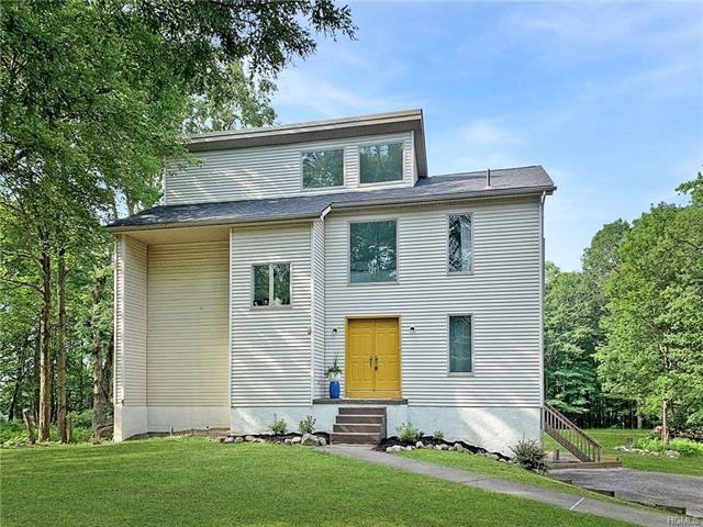 4 BR,  3.50 BTH  Contemporary style home in Pine Bush