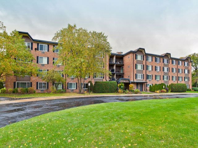 2 BR,  2.00 BTH Condo style home in Arlington Heights