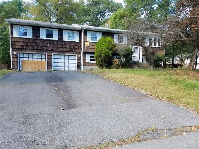 5 BR,  3.00 BTH Town house style home in Spring Valley
