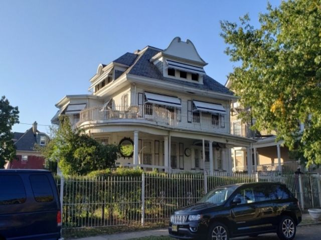 7 BR,  3.50 BTH Colonial style home in Newark