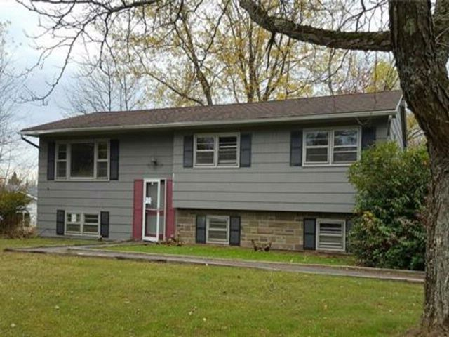3 BR,  2.00 BTH  Bilevel style home in Kiamesha Lake