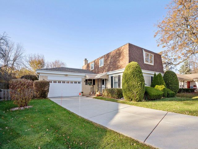 4 BR,  2.50 BTH Colonial style home in Arlington Heights