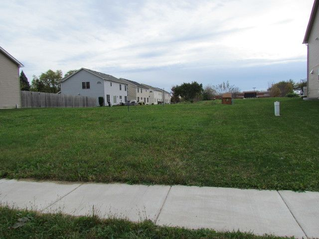 Lot <b>Size:</b> 0.17 Land style home in West Chicago