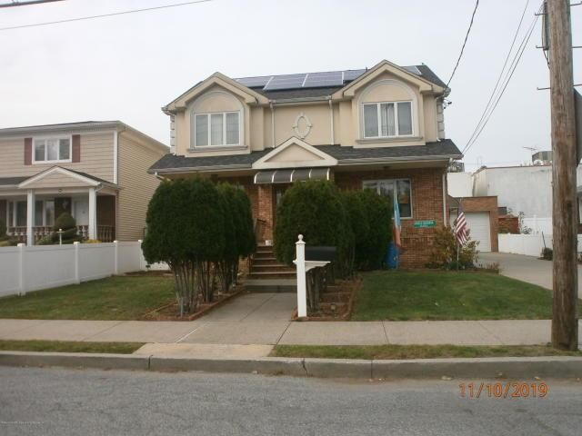 3 BR,  2.55 BTH Bi-level style home in Dongan Hills