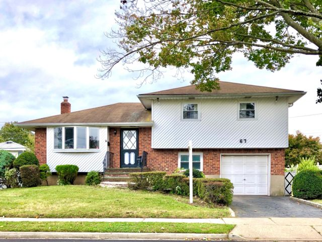 3 BR,  1.50 BTH Split style home in Plainview
