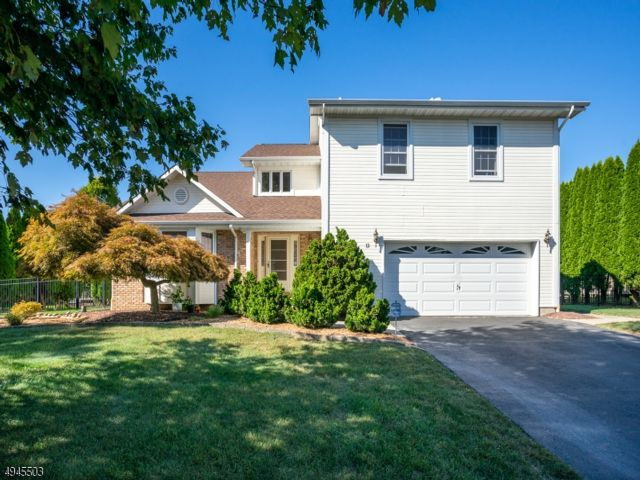 4 BR,  2.50 BTH Colonial style home in Wayne