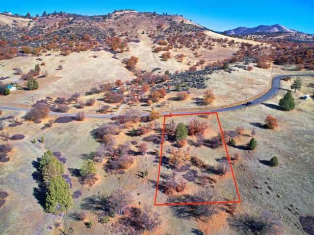 Lot <b>Size:</b> 1 Land style home in Hornbrook