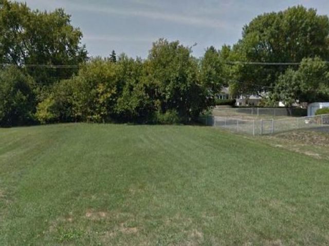 Lot <b>Size:</b> 0.16 Land style home in Downers Grove